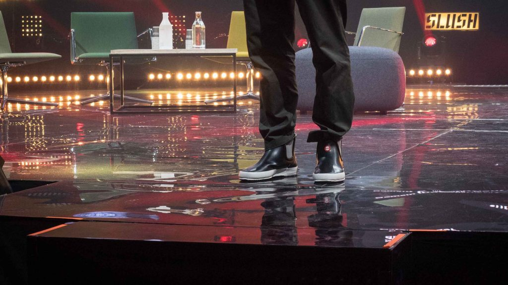 Steve Jurvetson esiintyi Slushin lavalla loskakeliin sopivissa saappaissa.